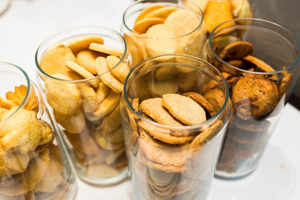 Assortiment de biscuits dans des bocaux en verre.