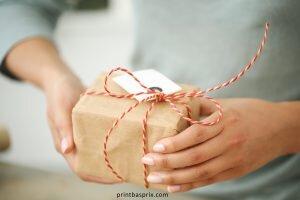 en train d'ouvrir un joli paquet cadeau